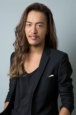 JunJun. この彼(いや彼女)はヘアメイクアップアーティストです。